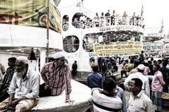 Dhaka, Bangladesch, am 24. Februar 2017: Bunte hastige Geschäftigkeit am Sadarghat-Pier in Dhaka Lizenzfreie Stockbilder