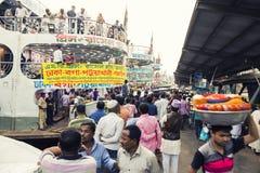 Dhaka, Bangladesch, am 24. Februar 2017: Bunte hastige Geschäftigkeit am Sadarghat-Pier in Dhaka Stockfoto