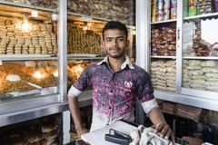 Dhaka, Bangladesch, am 24. Februar 2017: Hübscher junger Verkäufer, der in seinem Shop aufwirft Stockfotos