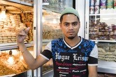 Dhaka, Bangladesch, am 24. Februar 2017: Hübscher junger Verkäufer, der in seinem Shop aufwirft Stockbild