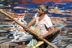 Dhaka, Bangladesch, am 24. Februar 2017: Porträt eines Ruderers in seinem alten hölzernen Boot, das als Fähre zwischen den zwei R lizenzfreies stockfoto