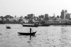 Dhaka, Bangladesch, am 24. Februar 2017: Ruderboote auf dem Buriganga-Fluss in Dhaka Lizenzfreie Stockfotos