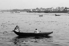 Dhaka, Bangladesch, am 24. Februar 2017: Ruderboote auf dem Buriganga-Fluss in Dhaka Stockfoto
