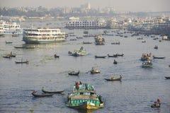 """DHAKA BANGLADESH †""""FEBRUARI 21: Invånare av Dhaka korsar den Buriganga floden med fartyg på Februari 21, 2014 i Dhaka, Banglade Arkivfoto"""