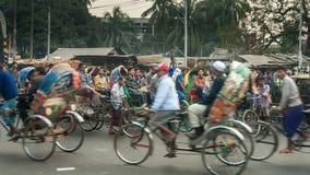 "DHAKA BANGLADESH †""JANUARI 23, 2008: cirkuleringsrickshaws i i stadens centrum afton royaltyfri foto"
