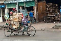"DHAKA, BANGLADESH € ""26 JANUARI, 2008: De trekker van de cyclusriksja stock afbeelding"