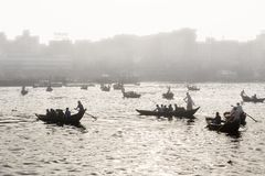 Dhaka Bangladesh, Februari 24 2017: Backlit skott av små träfartyg Arkivbild