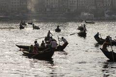 Dhaka Bangladesh, Februari 24 2017: Backlit skott av små träfartyg som används som en taxi Royaltyfria Foton