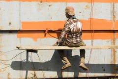 Dhaka, Bangladesh, 24 Februari 2017: De schilder maakt de roestbescherming op een schip in Dhaka vast royalty-vrije stock afbeelding
