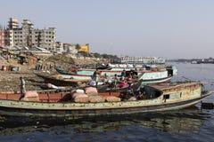 Dhaka, Bangladesh, 24 Februari 2017: Goederen behandeling van vruchten en groenten in Dhaka Royalty-vrije Stock Afbeeldingen