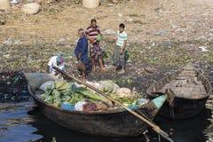 Dhaka, Bangladesh, 24 Februari 2017: Goederen behandeling van vruchten en groenten in Dhaka Royalty-vrije Stock Foto