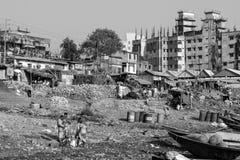 Dhaka, Bangladesh, 24 Februari 2017: Goederen behandeling van vruchten en groenten Royalty-vrije Stock Foto