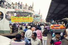 Dhaka, Bangladesh, 24 Februari 2017: Kleurrijke drukte bij de Sadarghat-Pijler in Dhaka Stock Foto