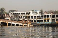 Dhaka, Bangladesh, 24 Februari 2017: Schipbegraafplaats in Dhaka Bangladesh, waar de oude schepen in de rivier worden weggedaan stock foto