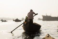 Dhaka, Bangladesh, o 24 de fevereiro de 2017: Barcos de enfileiramento no rio de Buriganga Fotos de Stock Royalty Free