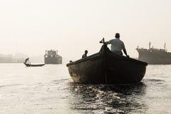 Dhaka, Bangladesh, o 24 de fevereiro de 2017: Barcos de enfileiramento no rio de Buriganga Fotografia de Stock