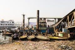 Dhaka, Bangladesh, o 24 de fevereiro de 2017: Saque pequeno dos barcos a remos como o barco do táxi Imagem de Stock Royalty Free