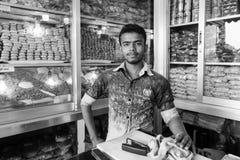 Dhaka, Bangladesz, Luty 24 2017: Przystojny młody sprzedawca Zdjęcia Stock