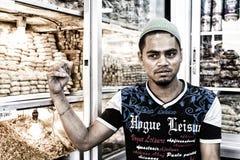 Dhaka, Bangladesz, Luty 24 2017: Przystojny młody sprzedawca pozuje w jego sklepie w Dhaka Fotografia Royalty Free