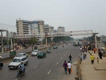 Dhaka flygplatsväg i morgonen royaltyfri bild