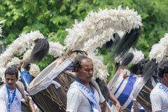 Dhakis маршируя в прошлом с их dhaks Стоковое Фото