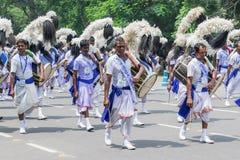 Dhakis маршируя в прошлом с их dhaks Стоковая Фотография