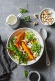 dhal的南瓜 传统印地安豆类蔬菜汤 健康素食食物概念 在一个灰色背景 库存照片