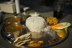 Dhal Bhat咖喱盘在加德满都,尼泊尔 库存图片