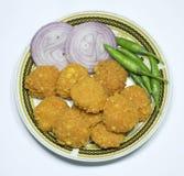 Dhal-wada Teller mit Zwiebeln und grünen Paprikas lizenzfreie stockfotos