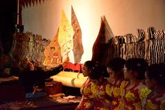 Dhalang/Dalang ?o apresentador de marionetas no desempenho de Indon?sia Wayang imagem de stock