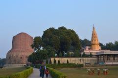 Dhamek Stupa och Jain tempel på Sarnath Royaltyfria Bilder