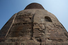 Dhamekh Stupa en ruïnes in Sarnath stock afbeelding