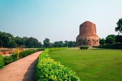 Dhamekh Stupa Sarnath в Варанаси, Индии стоковое фото rf