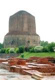 Dhamekh Stupa u. Panchaytan Ruinen in Sarnath, Indien Stockbild