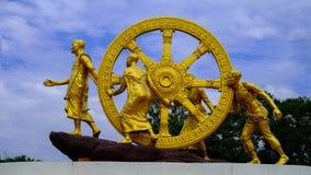 Dhamma金黄轮子在天空云彩的 免版税图库摄影