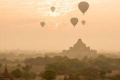 Dhammayangyi tempel den största templet i Bagan med ballonger royaltyfria bilder