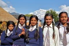 DHAMPUS, ΝΕΠΑΛ - 9 ΙΑΝΟΥΑΡΊΟΥ 2015: Σχολικά κορίτσια με τα βουνά του Ιμαλαίαυ στο υπόβαθρο κοντά σε Pokhara Στοκ εικόνες με δικαίωμα ελεύθερης χρήσης