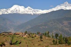 DHAMPUS NEPAL: De Himalaya bergen som ses från Annapurna utlöpare nära Pokhara Arkivfoton