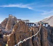 Dhankar-gompa (tibetanisches buddhistisches Kloster) und Gebetsflaggen (lun Lizenzfreie Stockfotos