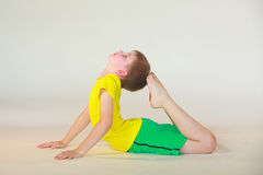 Dhanurasana yoga royaltyfria bilder