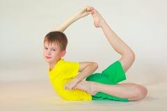 Dhanurasana yoga Arkivfoton