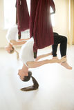 Dhanurasana-Yogahaltung in der Hängematte Lizenzfreie Stockfotografie