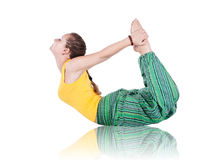 dhanurasanaen poserar yoga Arkivfoto