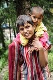 Dharamsala, Índia, o 6 de setembro de 2010: Irmãos indianos que sorriem sobre imagens de stock royalty free