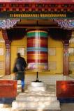 Dharamsala, templo de Kalaczakra, rueda de rezo budista fotos de archivo libres de regalías