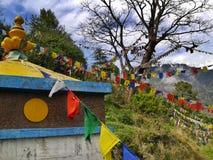 Dharamshala, Mcleodganj, Himachal Pradeh/India - 20 05 2018: Blisko Dalai lama świątyni Kolorowe buddysta flaga z mantrami fotografia stock