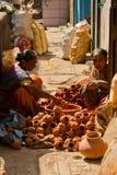 Dharavi贫民窟的两名妇女瓦器工作者在孟买印度 库存照片