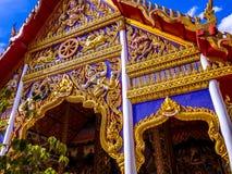 Dharmacakra и 2 оленя заискивают на tympanum в Таиланде Стоковое Изображение RF