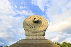 Dharmacakra em Phutthamonthon Parque budista na província de Nakhon Pathom, Tailândia imagens de stock