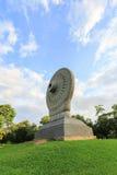 Dharmacakra ou a roda da doutrina em Phutthamonthon, província de Nakhon Pathom, Tailândia imagem de stock royalty free